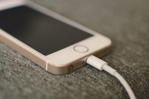 ディズニーランドの充電方法!iphoneも携帯充電器が必要なの?
