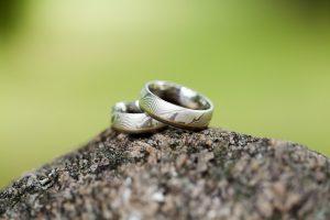 銀婚式でペアの指輪購入時の【相場】や【人気ブランド】を一挙紹介!